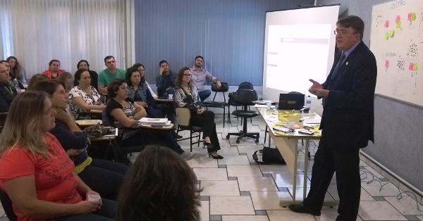Deschamps, secretário de Educação de Santa Catarina, em reunião colaborativa sobre o Plano Estadual de Inovação.