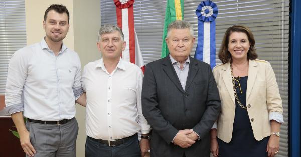 Secretários Danilo Conti (Sepud) e Roque Mattei (SED);  o prefeito de Joinville, Udo Döhler; Lúcia Dellagnelo, diretora-presidente do CIEB.